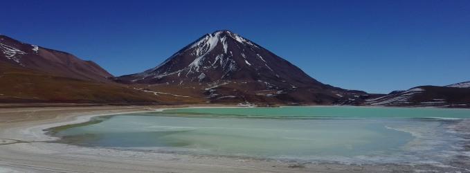 Le volcan Licancabur et la Laguna Verde