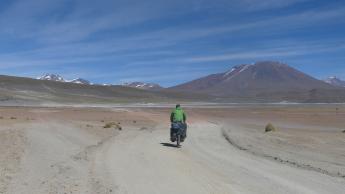 Sud-Lipez-3-laguna-hedionda-bike